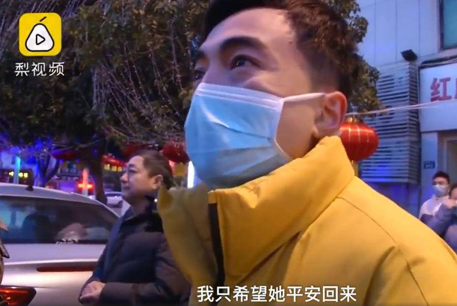 趙英明丈夫送走醫護愛妻時忍不住哽咽,重申只想愛妻平安回來。 (《梨視頻》片段截圖)