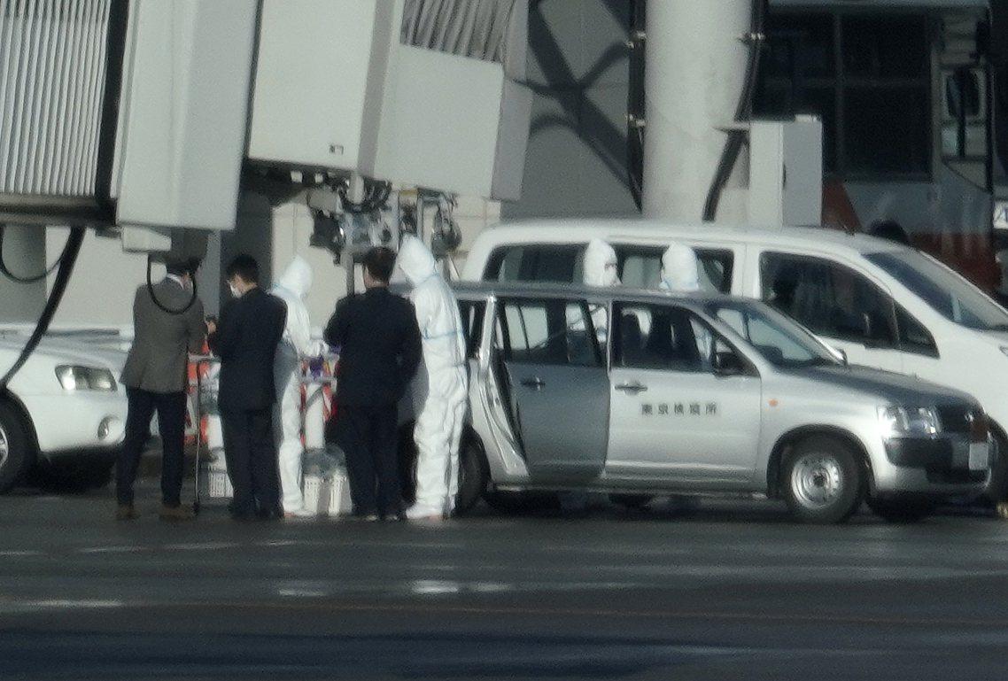 降落羽田機場後,馬上被隔離的4名疑似病例。 圖/歐新社