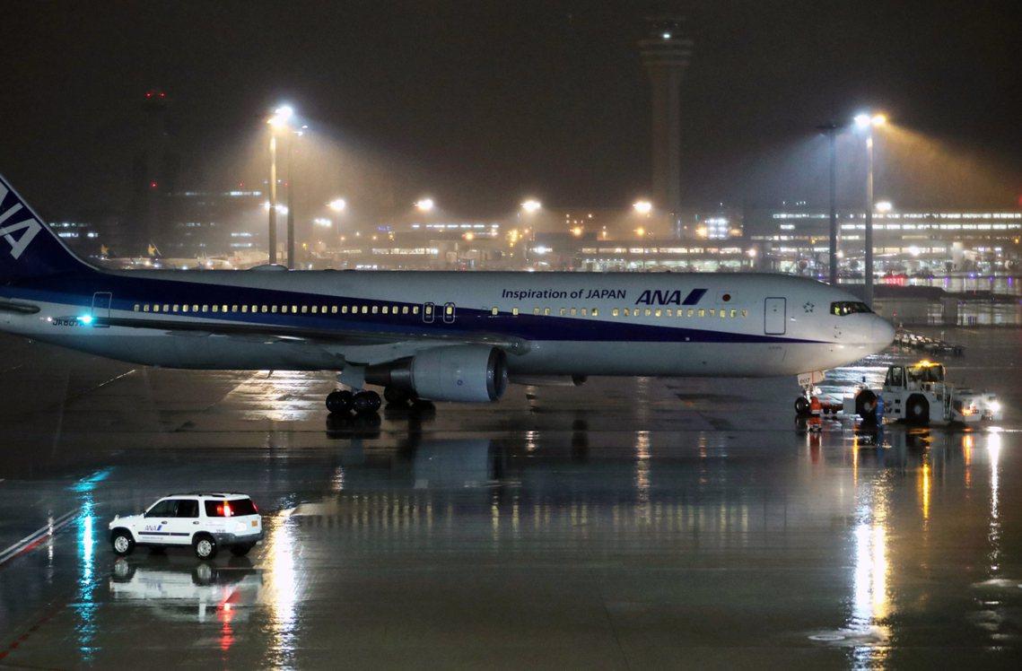 深夜抵達武漢機場的全日空撤僑包機。 圖/歐新社