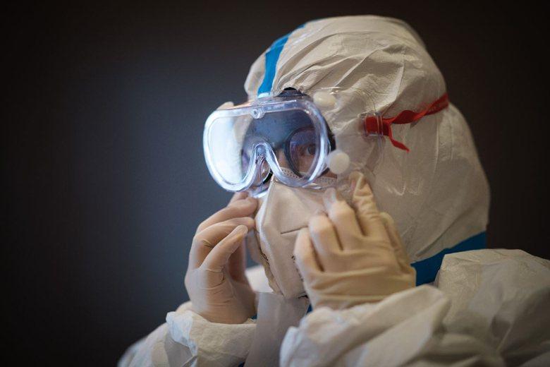 2019年12月,不明原因肺炎在中國武漢出現。2020年1月7日,經全基因組定序確認為新型冠狀病毒。 圖/新華社