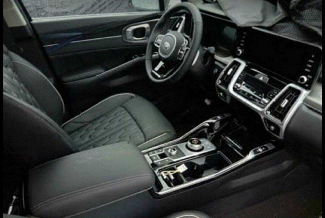 全新第四代Kia Sorento內裝無偽裝曝光。 摘自Carscoops