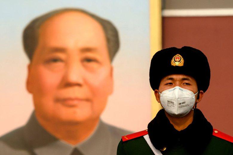 天安門廣場前戴上口罩的中國公安。 圖/新華社
