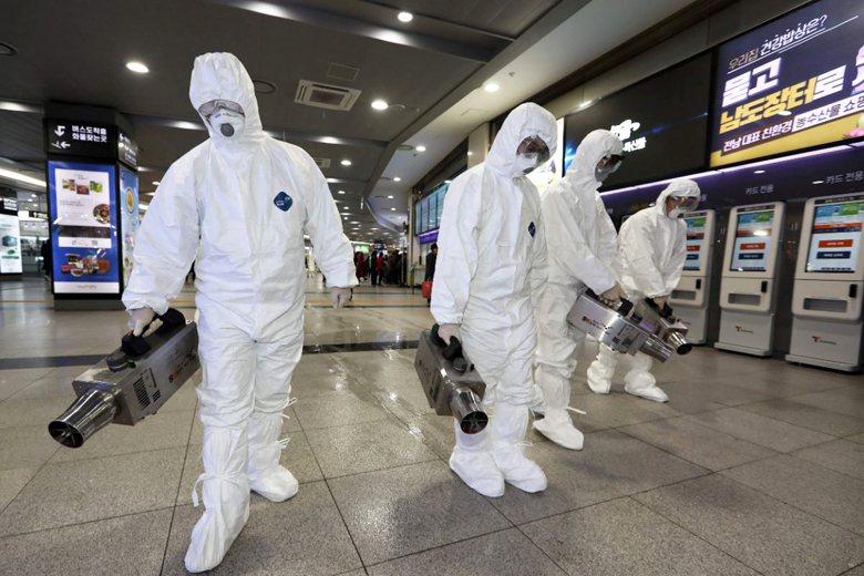 南韓光州一處車站,防疫人員正進行消毒。 圖/法新社