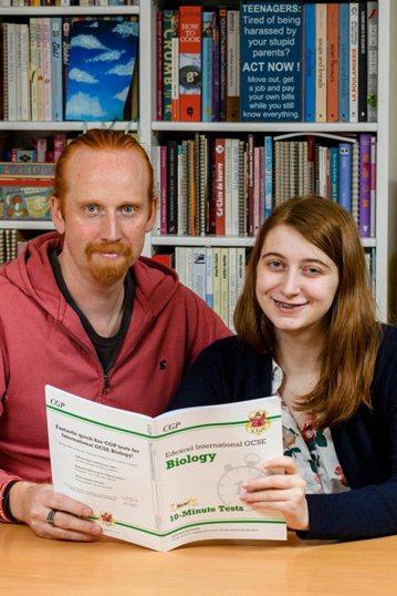 英國爸爸詹金(Jonathan Jenkyn),去年陪同17歲的女兒溫習生物科考試內容,按課本撫摸頸部尋找淋巴結位置,竟然摸到硬塊。圖翻攝自caters news