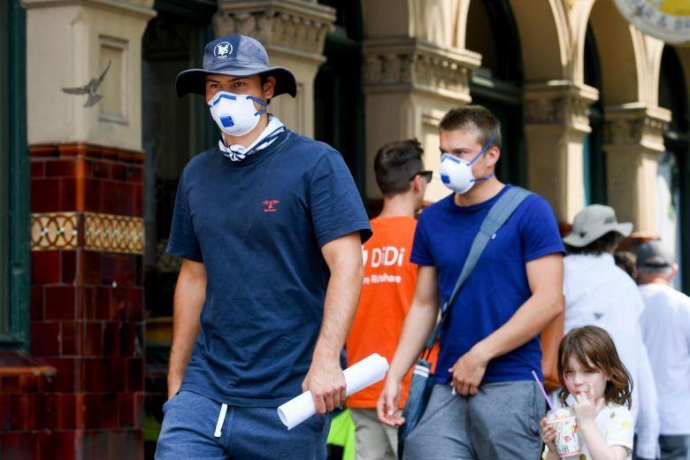 2019新型冠狀病毒肺炎疫情延燒,澳洲民眾戴上口罩預防。法新社