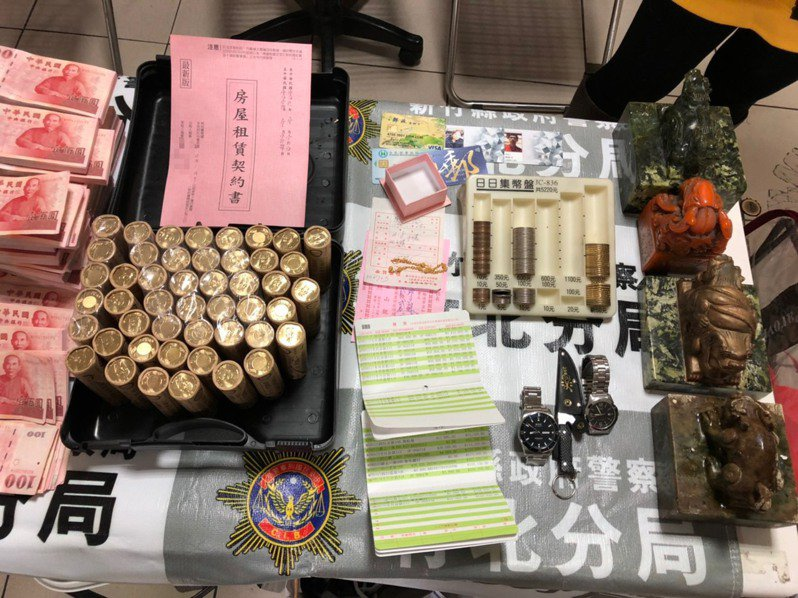 警方現場查獲新台幣396萬8573元大筆贓款、安非他命及汽車買賣契約書等贓證物。圖/竹北警分局提供