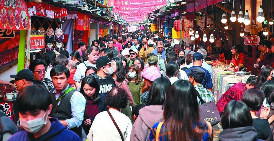 中國武漢肺炎疫情在春節期間持續增加,目前全球確診人數已超越當年SARS疫情,國內專家認為,如果中國無法有效圍堵病毒、持續讓感染者在社區走動,疫情將可能持續到夏季。本報資料照片