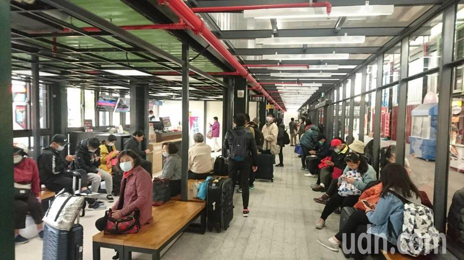 台南轉運站今天上午搭車人潮漸多,但各班次都有空位。記者鄭惠仁/攝影