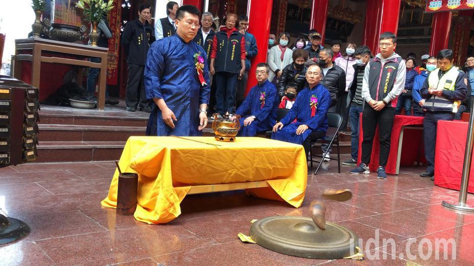 台南市警三分局副分局長張志能抽出頭1支籤,就順利獲得3杯聖筊,搏得好頭彩。記者邵心杰/攝影