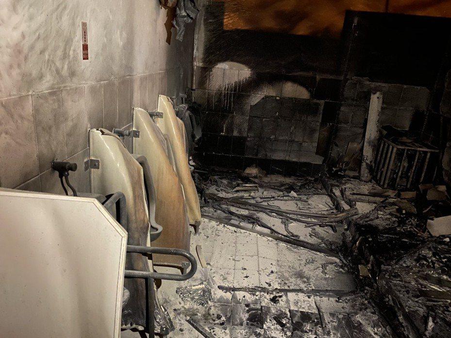 苗栗縣竹南鎮海口警察派出所旁公廁今天凌晨疑因鞭炮屑復燃,起火付之一炬。記者范榮達/翻攝
