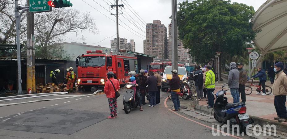 庫存金紙香燭倉庫被燒毀,火警發生時引來民眾圍觀。記者鄭國樑/攝影