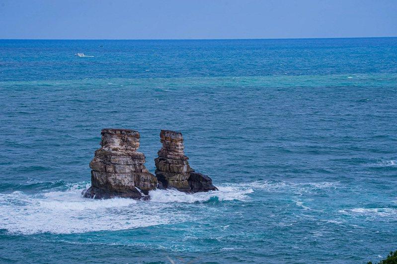 雙燭台嶼,也在磺港漁港附近。圖/新北市農業局提供