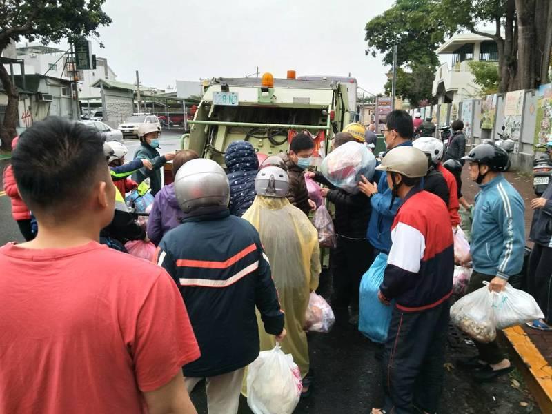 從大年初四起恢復垃圾清運,民眾把積了好幾天的垃圾送進垃圾車。記者鄭惠仁/攝影