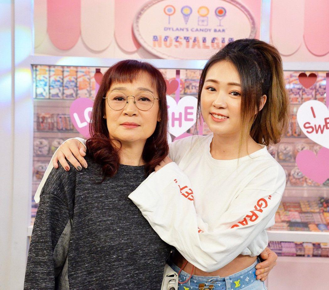 詹子晴(右)和媽媽上衛視「請問你是哪裡人」。圖/衛視提供