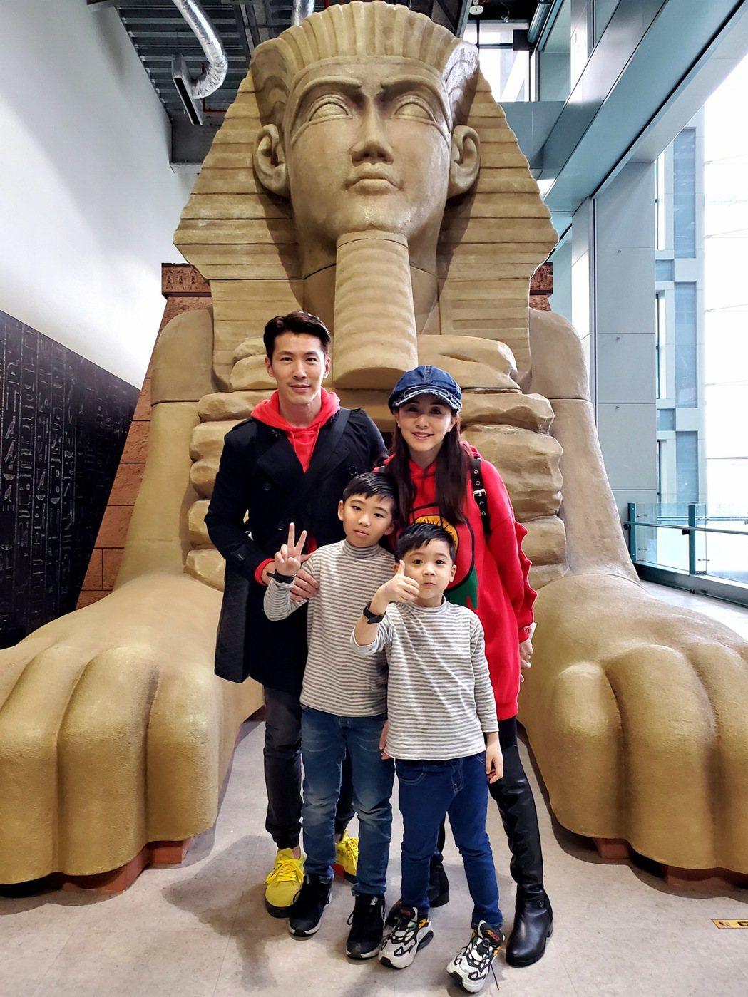 黃少祺帶全家人去參觀埃及展  圖/三立提供