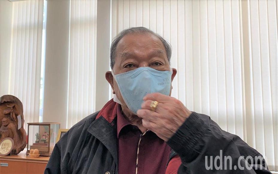 康那香董事長戴榮吉展示該公司生產的立體口罩,他認為國內出現搶購口罩熱潮,和很多年輕人要回去大陸工作有關。記者吳淑玲/攝影