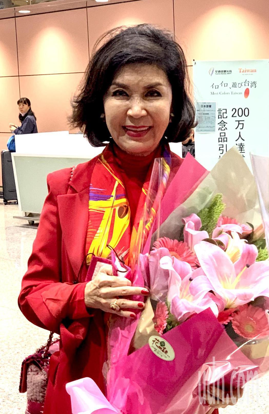 有「最美麗主持人」稱號的白嘉莉,29日中午從新加坡搭機返台,一下飛機全身大紅喜氣...