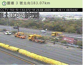 國道三號龍井交流道附近路段今天上午11點多發生追撞車禍,二人受傷。圖/翻攝國道資訊網