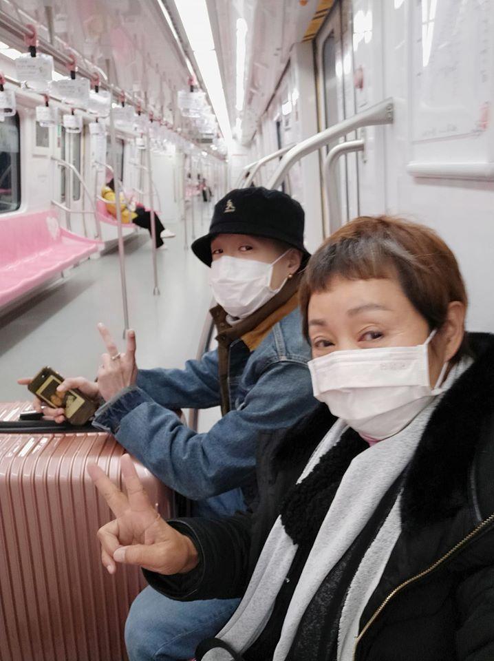 鮑正芳和兒子從南京回台灣,高鐵上人寥寥可數  圖/摘自臉書
