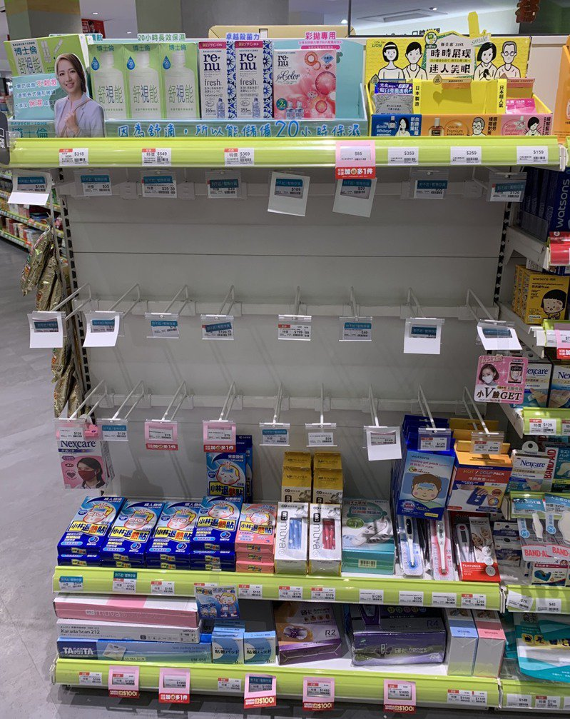 許多藥妝店、藥局等口罩一上架就立刻被搶空。記者陳雨鑫/攝影