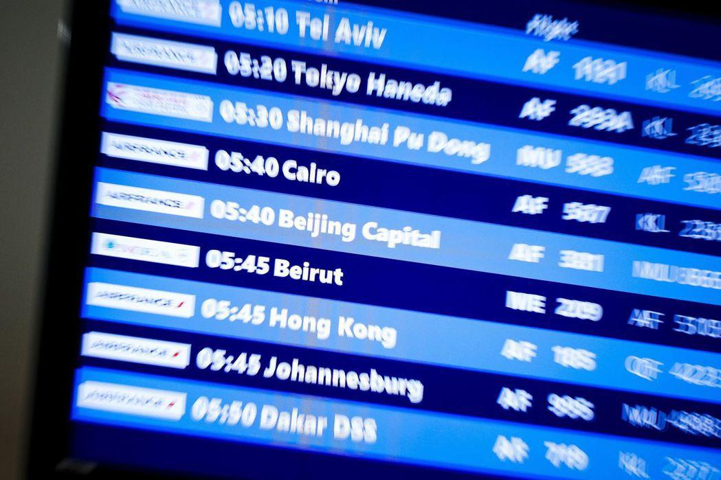 各地航空公司陸續減班甚至停飛來往中國大陸的班機。美聯社