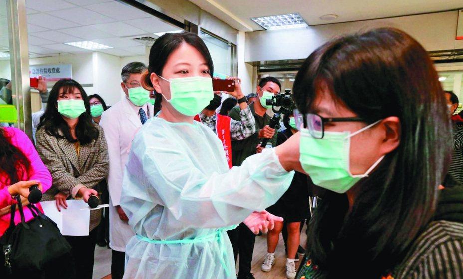 中國武漢肺炎全球確診數持續增長,國內醫療院所嚴正以待,在入口處設置發燒篩檢站,並將發燒且近日有中國旅遊史的民眾引導至特定空間就診篩檢。本報資料照片