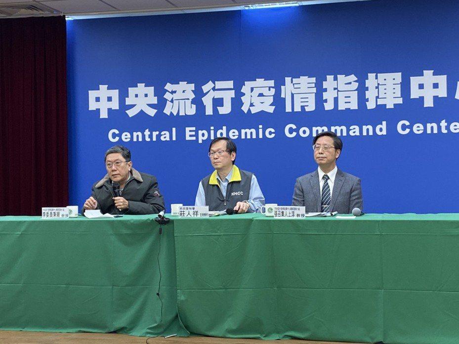 指揮中心專家諮詢小組委員李秉穎(左)表示,目前台灣對於武漢肺炎疫情掌握上有個困擾,就是無法全面知道相關資訊,會導致檢疫會有缺口、不利防疫;這同時也顯示出台灣未加入WHO,無法快速得知資訊的問題。記者簡浩正/攝影