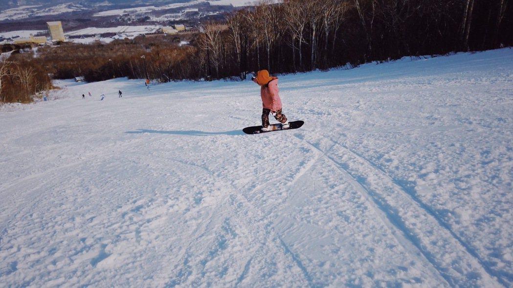 愛紗年初到日本岩手縣滑雪。圖/愛紗提供