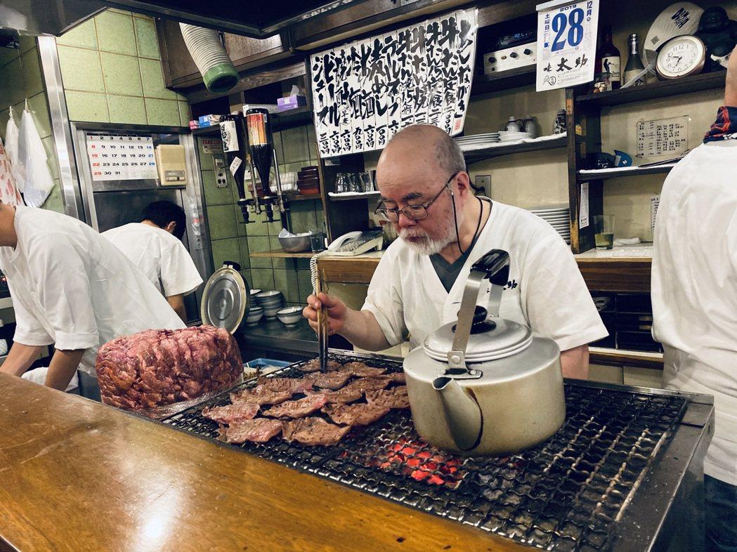 老字號牛舌餐廳「味太助」的老闆專注地烤牛舌。圖/愛紗提供