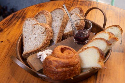 鍾瑶自家咖啡店中的麵包也別有風味。記者季相儒/攝影