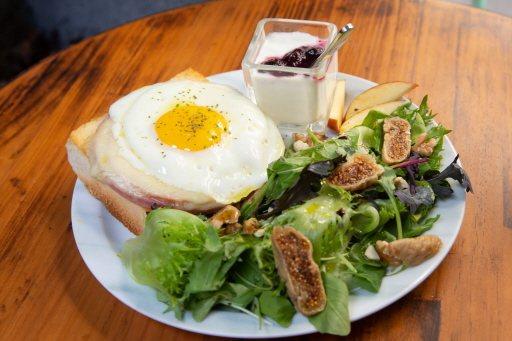 鍾瑶在自家咖啡店製作法式輕食「公雞太太」。記者季相儒/攝影