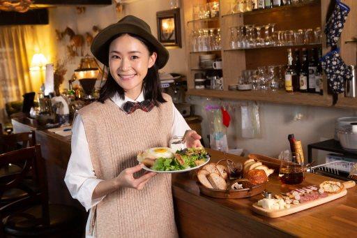 鍾瑶在自家咖啡店製作法式輕食。記者季相儒/攝影