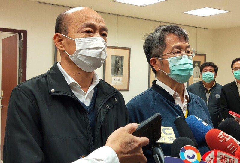 高雄市長韓國瑜(左)認為,周邊國家如果需要口罩,只要確保自己口罩夠用,站在人道立場應該幫助,硬性規定不能出口,未必是聰明與智慧的決定。記者蔡容喬/攝影