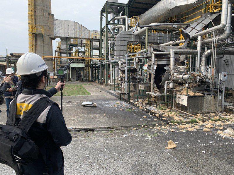 李長榮大社廠下午3點35分因鍋爐氣爆發出巨大聲響,並冒出黑煙,環保局派員到場進行環境監測,揮發性有機化合物(VOCs)、總碳氫化合物(THCs)皆為環境背景值。圖/高雄市環保局提供