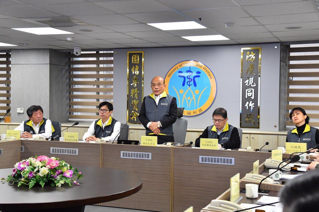 行政院長蘇貞昌(中)昨視察「中央流行疫情指揮中心」。圖/行政院提供
