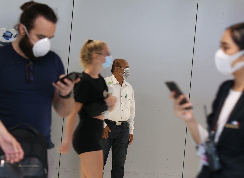 除中國大陸以外,全球目前已有至少16國出現確診病例。圖為曼谷國際機場不少旅客29...