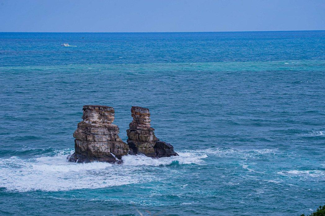 雙燭台嶼,也在磺港漁港附近。 圖/新北市農業局提供