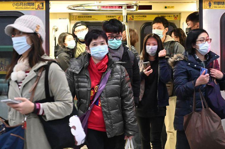 武漢肺炎疫情延燒,民眾外出時多會配戴口罩預防。 法新社