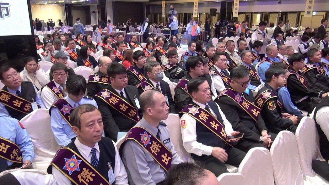 台中市去年底舉辦保全日表揚大會,總計有31名保全、樓管協助治安有功獲獎。記者陳宏...