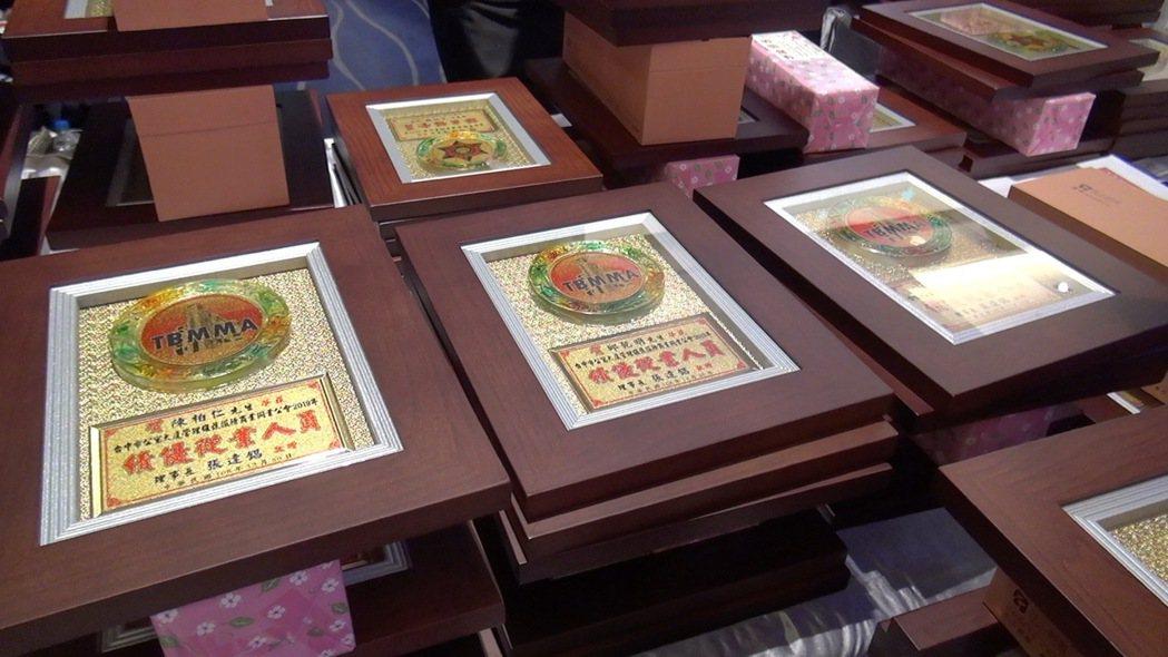 台中市警局與台中市保全商業同業公會等單位,製作獎狀致贈給協助治安有功的保全業者、...