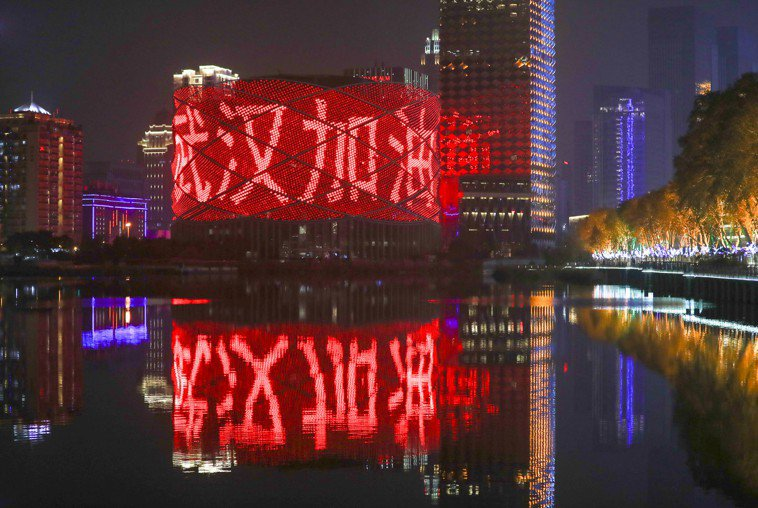 疫情爆發後,武漢市漢秀劇場的外牆打出「武漢加油」字樣。 (中新社)