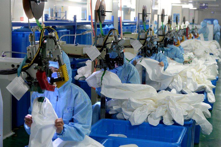 安徽省肥東縣的醫療衛生用品工廠提前復工生產,加班趕製防護服。 (新華社)