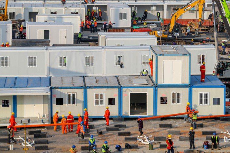 武漢火神山醫院施工現場,各項施工項目在全速推進中。 (中新社)