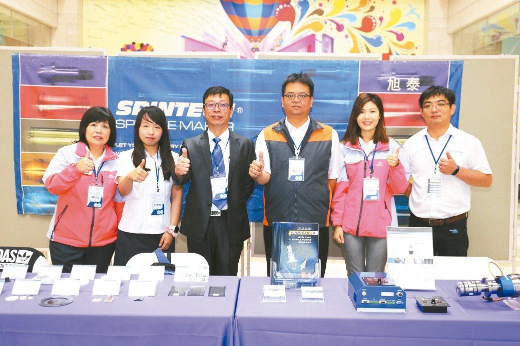旭泰董事長王政榮(左三)整合出一套「超音波加工整體解決方案」,掌握市場領先優勢。...