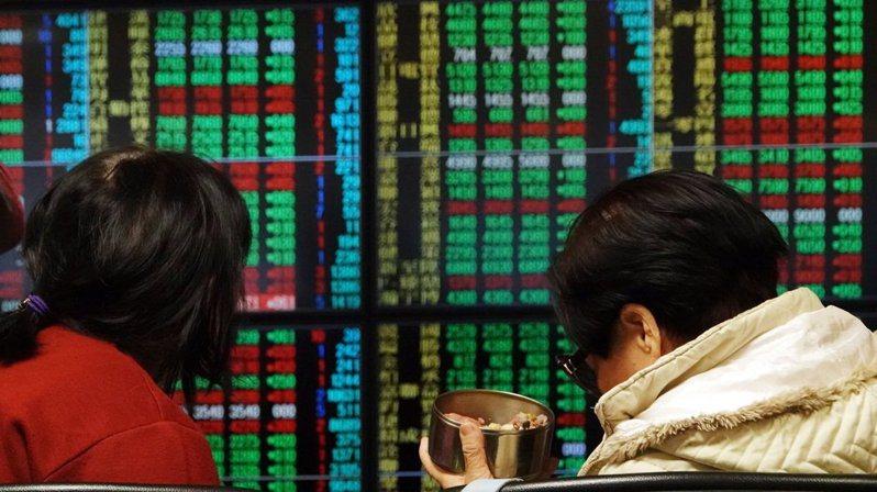 美股暴跌,台股今(10)日抗跌有韌性,證交所繼9日宣示台股基本面佳,今天再搭營收題材,表示約900家上市公司申報的2月營收,總額已達1.88兆元。報系資料照