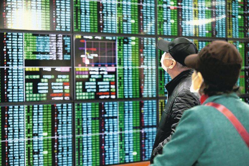 台股今終場下跌140.65點,收在14,249.49點,失守5日均線,成交量達3,048.24億元。 記者徐兆玄/攝影
