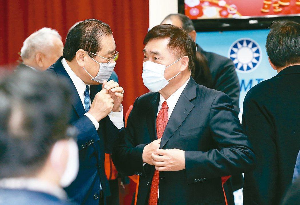 宣布參選國民黨主席的郝龍斌(右)上午出席國民黨新春團拜,向與會大老致意。  記...