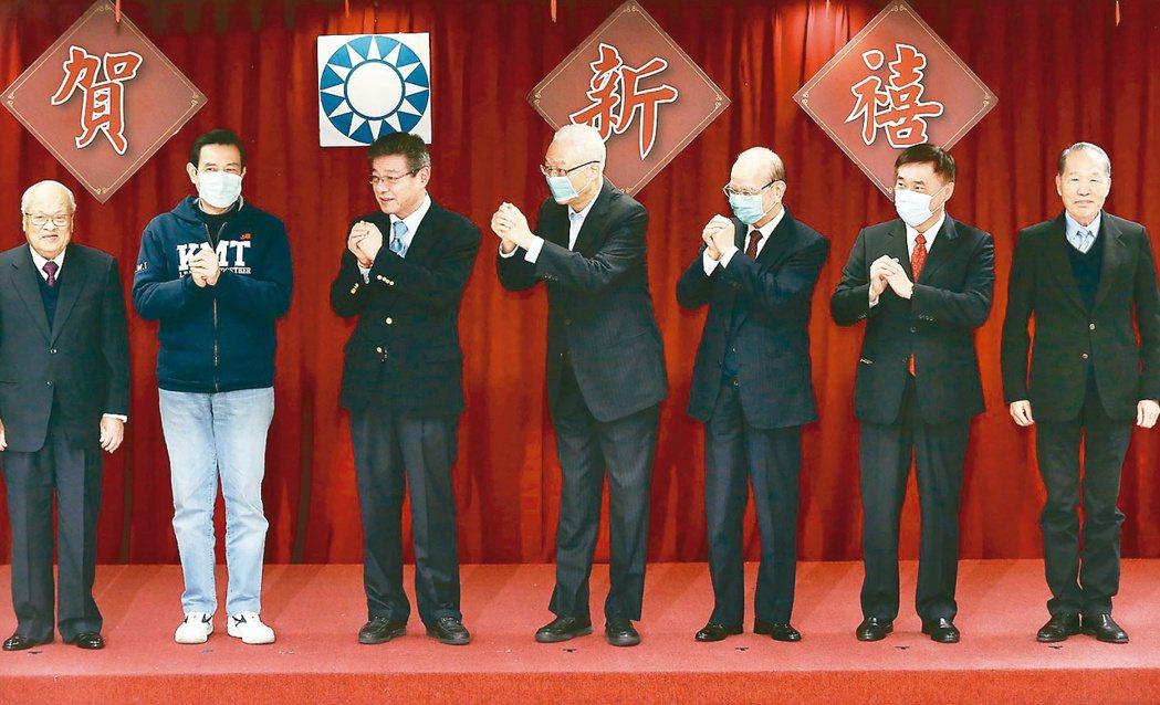 國民黨中央上午由代理主席林榮德(左二)主持舉行新春團拜,馬英九(左一)、吳敦義(...