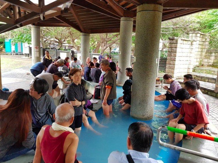 北投區硫磺谷地熱景觀區的溫泉泡腳池也吸引不少遊客體驗。 圖/聯合報系資料照片