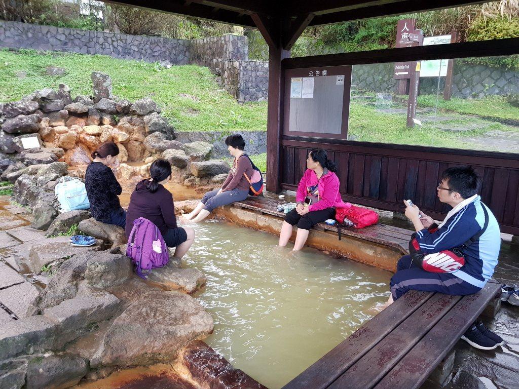 陽明山冷水坑公共溫泉浴室外面設有泡腳池。 圖/聯合報系資料照片